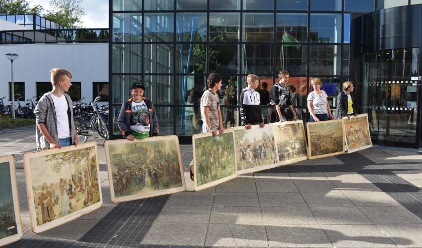 Met oude schoolborden uit de school van De Tike werd dinsdag voor het gemeentehuis gedemonstreerd voor behoud van de school.