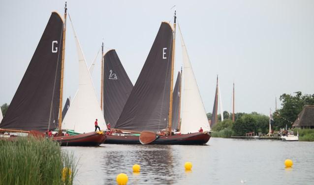 Het Earnewâldster skûtsje ligt in deze wedstrijd in Earnewâld aan kop van de zeilvloot.