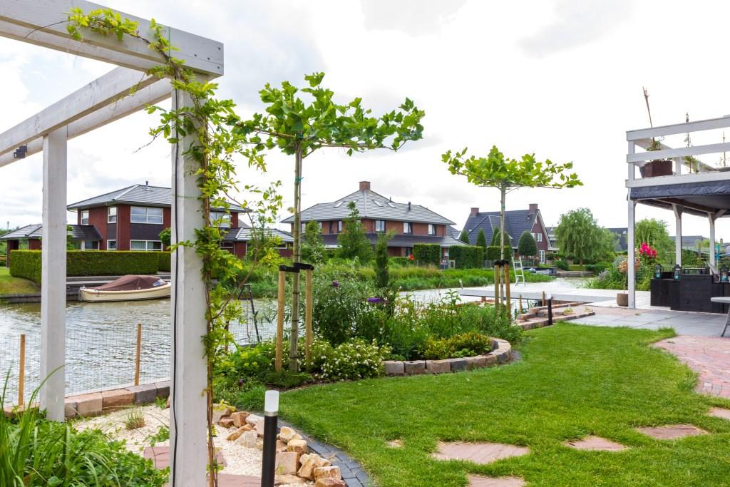 De tuin met het zandstrand bevat naast stenen veel groen. Foto: Actief Media