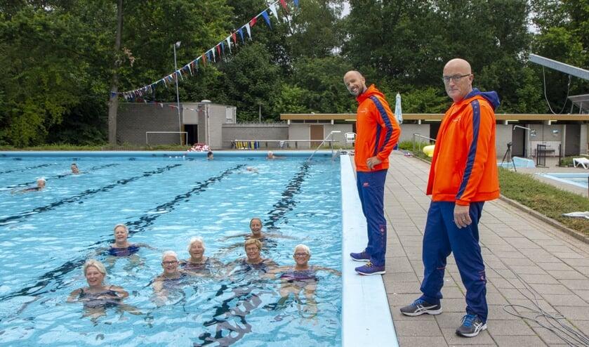 De badmeesters Ben Douwes (links) en Anton Nijboer (rechts) geven graag instructies als daarom wordt gevraagd door de ´baantjestrekkers´ die geregeld zwemmen voor hun conditie. Bekijk het filmpje met je app.