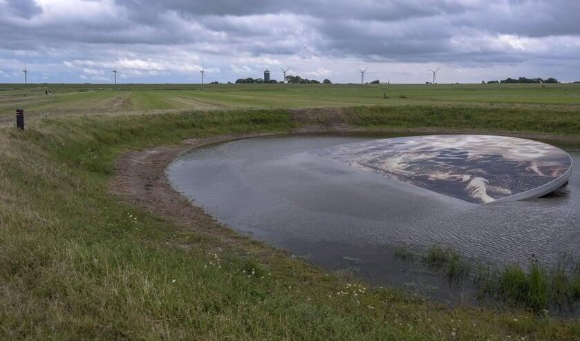 Op de plaats waar de paarden in 2006 vast stonden door hoog water, ligt nu het kunstwerk van Marcel van Luit. Wandelaars passeren het punt tijdens een 7 kilometer lange route De Dobbepaarden.
