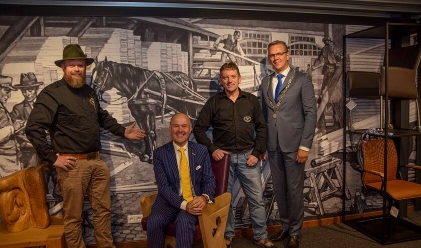 Seye Herke Brinkman, commissaris van de Koning Arno Brok, ondernemer Feico Westra en burgemeester Jeroen Gebben tijdens de opening van de vernieuwde Meubelfabriek.