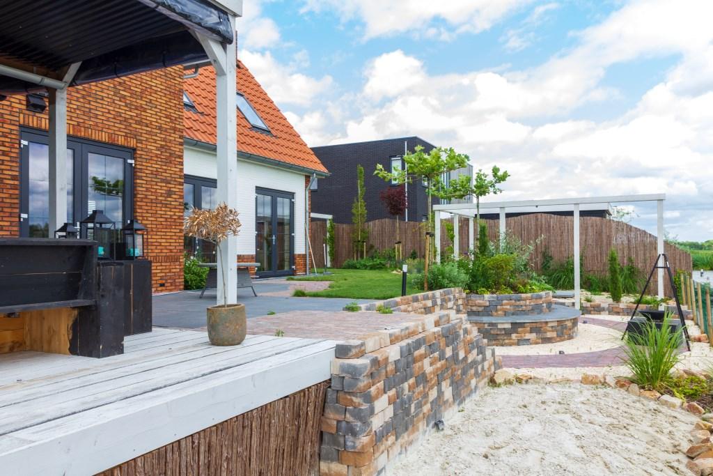 Een klant van Lindentuinen wilde graag een zandstrand in de tuin. Ook dat is mogelijk. Foto: Actief Media © Actief Media