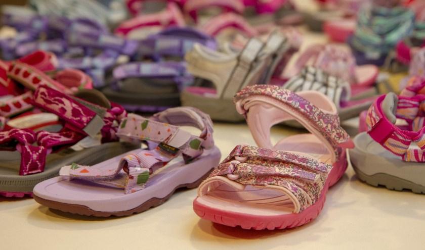 Het is de tijd van de sandalen. Ook bij Lampers Schoenen in Burgum is volop keus.