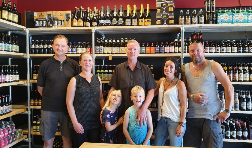 Gerwin Dokter met zijn kinderen Micki en Darco. Rechts: Johan de Jong. Verder v.n.r. de verkopers Piet, Sella en Petra.