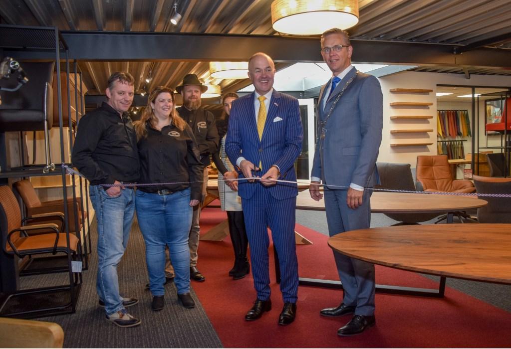 Commissaris van de Koning Arno Brok opent de vernieuwde showroom door het doorknippen van een lint.  Foto: Doede Westra © Actief Media