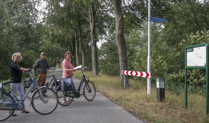 """V.l.n.r. Baukje Tijsma, Jappie Borger en Martje Borger bij het fietsknooppunt 49 in Harkema. Ze zijn onderweg op de fiets, want ze organiseren op zaterdag 10 augustus een fietstocht vanuit Harkema. """"De start is bij TC de Harkema, Fûgelkamp 6A, vanaf 09.30 tot 13.30 uur, deelname €3,-. We komen op hele verrassende plekken. De pauzes zijn altijd in een mooie tuin"""", vertelt Martje enthousiast."""