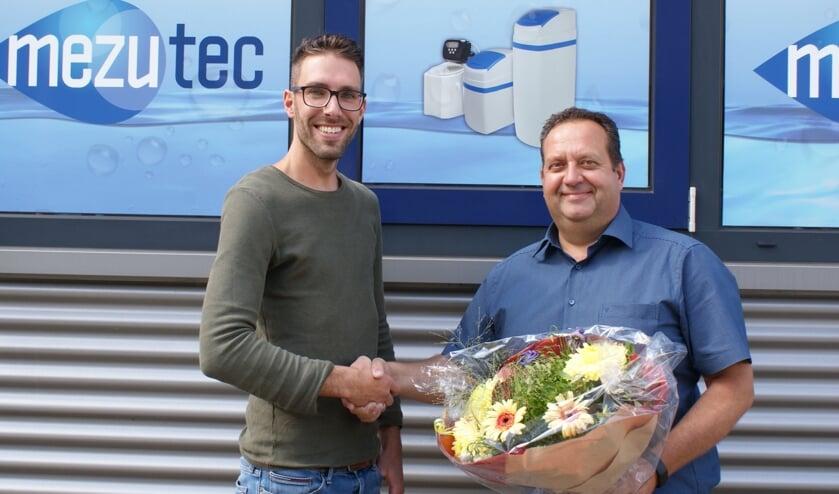 Jelle Booi (rechts) feliciteert Geert Drost met zijn prijs.