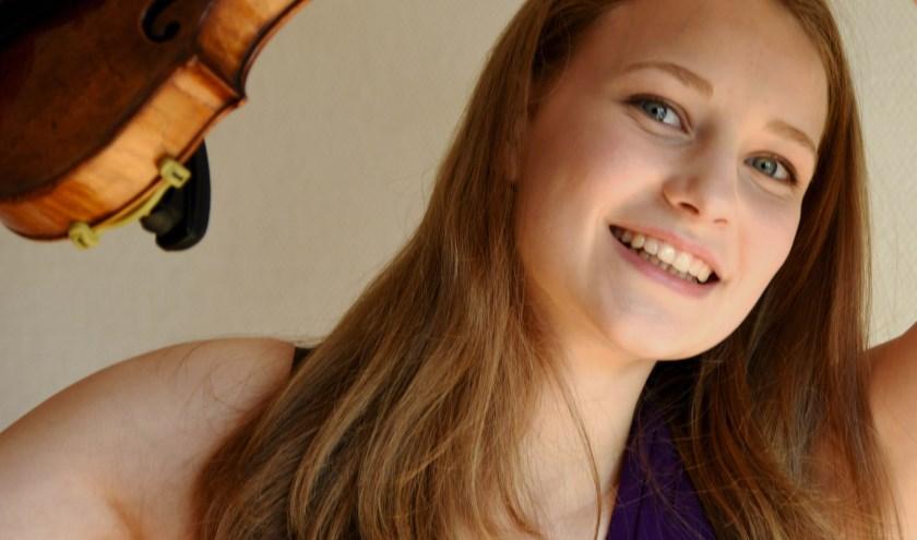 De Duitse violiste Valerie Schweighofer is op 18 augustus te zien in de Dorpskerk in Beetsterzwaag.