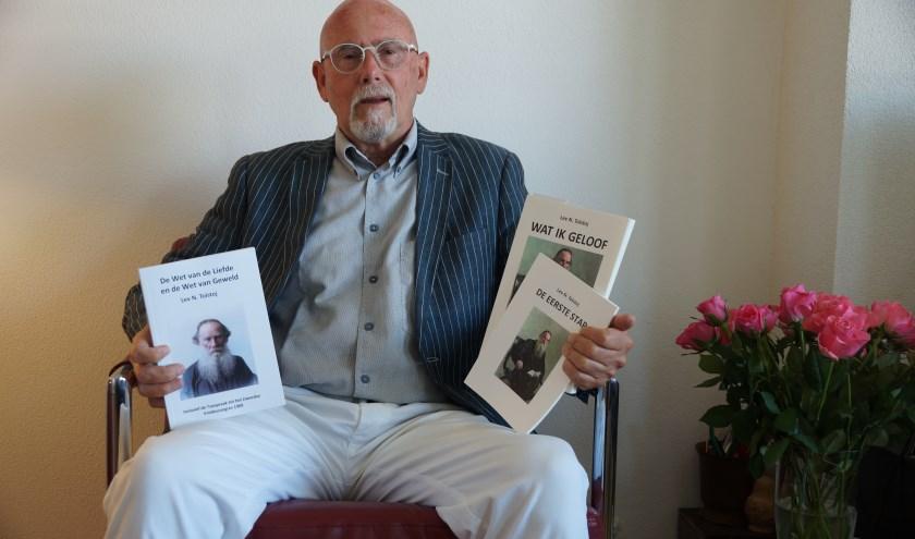 Sieuwert Haverhoek met drie vertalingen van werk van Tolstoj.