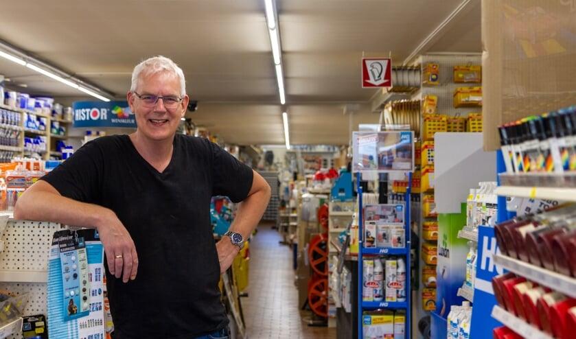 Berend Wiersma in zijn winkel die nog een heel eind naar achteren doorloopt.
