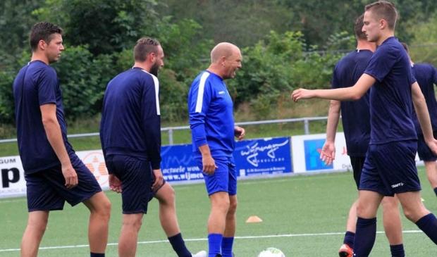 Henk Konings (midden) tijdens een training met de selectie van FC Burgum.
