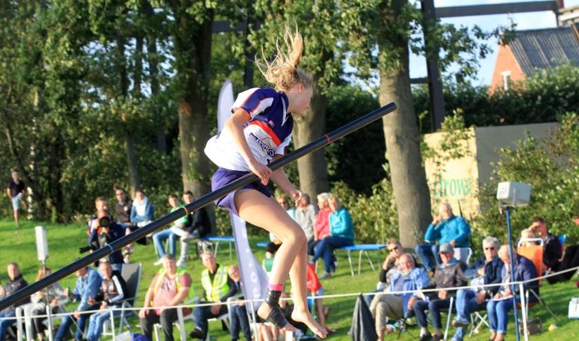 Pytrix Westra van Ljeppersklup Burgum is hier op weg naar een keurige sprong van 14.76 meter.