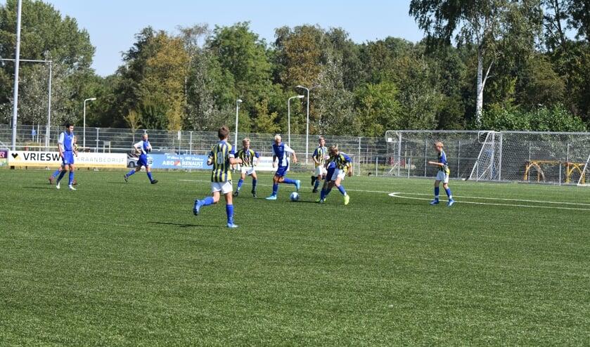 De jeugd van Be Quick (geel-blauw shirt) speelt een oefenwedstrijd tegen Emmeloord.