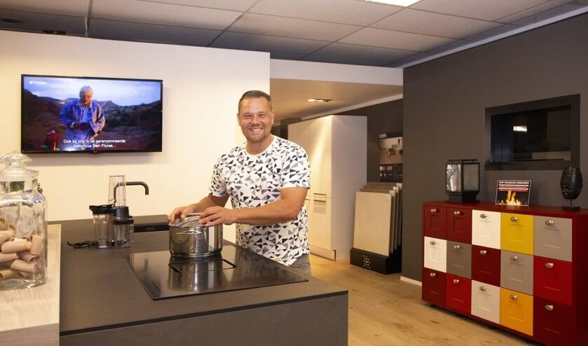 """Jan Tabak van Tabak Keukens in Drachten ontvangt klanten in een ontspannen sfeer. """"We hebben voor iedere smaak hier wel een keuken staan."""""""