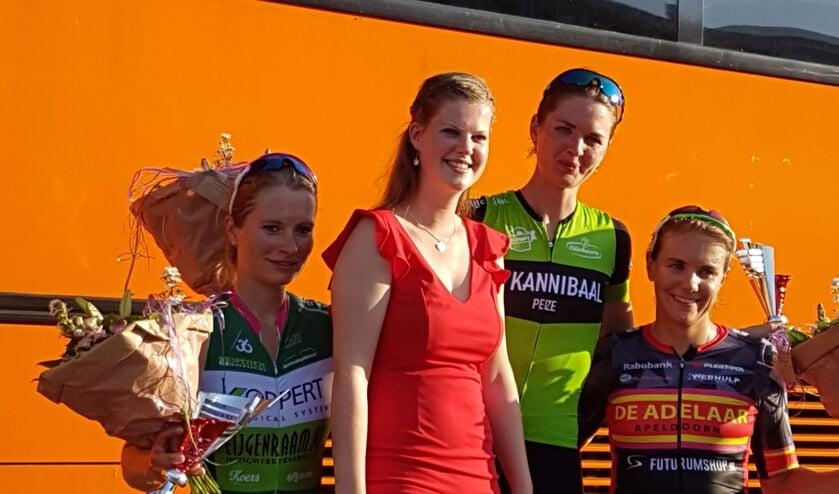 Het podium bij de vrouwen met winnares Janieke Kalsbeek.
