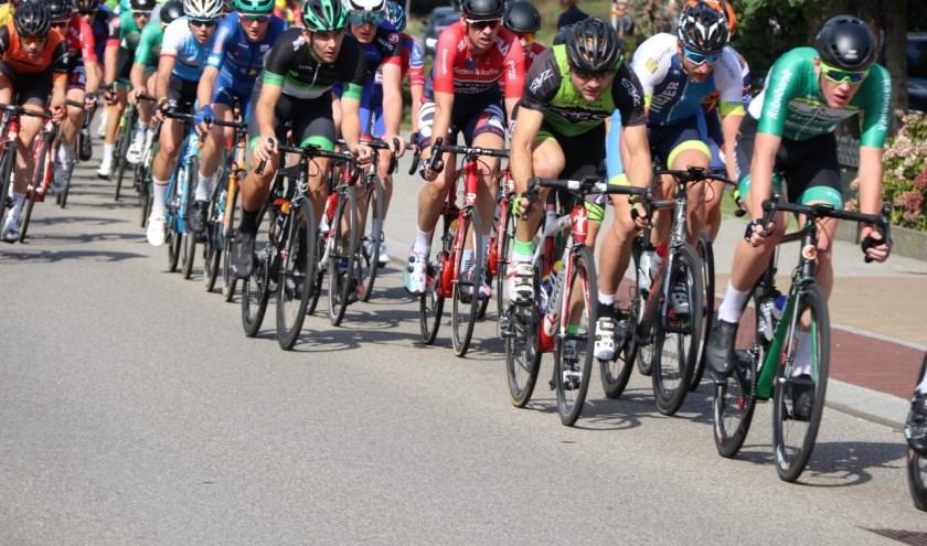 Beeld uit de Omloop van 2018. Het peloton is met hoge snelheid onderweg naar de finishlijn in Oentsjerk.