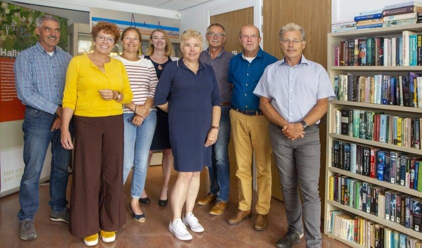 In Hallum is een groep actief om de taalvaardigheid van het dorp hoog te houden. In een klankbordgroep werken Hallumers samen met de kinderopvang, scholen, het Digi-Taalhuis en de bibliotheken. Op de foto van links naar rechts 'doarpsomtinker' Dirk Vis,  directeur Bibliotheken Noord Fryslân Paulien Schreuder, Mieke Steigstra (teammanager Kids First COP-groep), Silvia Laarman (Digi-Taalhuis), Corine Hilbers (directeur OBS Op ´e Dobbe), Knille