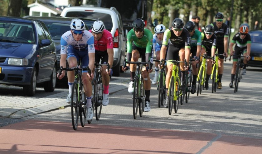 De kopgroep met de latere winnaar René Hooghiemster (blauw-wit tenue) is op weg naar de finish.