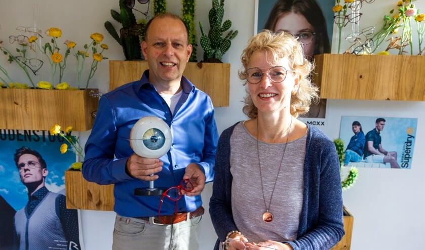 Theo Dijk en Fenna Bekkema in de optiekzaak in De Westereen.