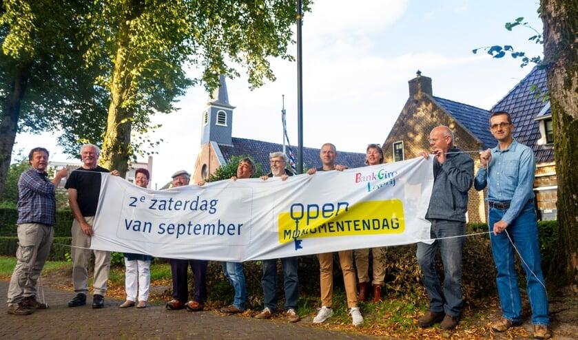 De eigenaren van de historische panden, samen met de organisatie op de Kerkbuurt in Suwâld.