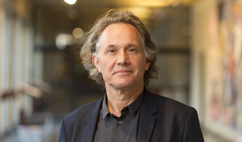Jos de Mul (1956) is hoogleraar aan deErasmus Universiteit in Rotterdam.