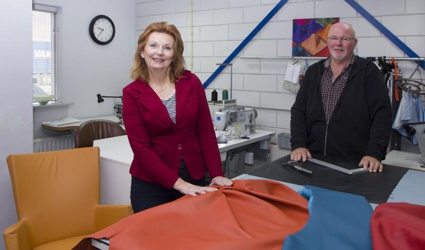 Clarie en Johannes de Wit van LederVisie in Drachten renoveren en bekleden lederen meubelen.