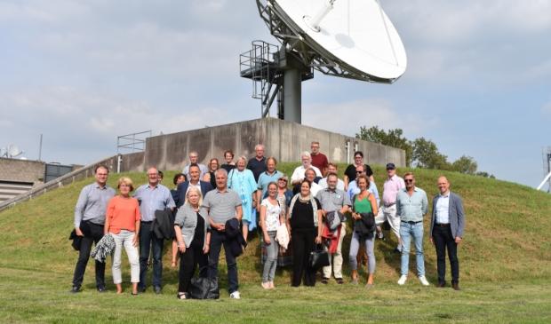 <p>Gemeenteraad, griffie en b. en w. van Noardeast-Frysl&acirc;n op werkbezoek bij Inmarsat bij Burum, in 2019.</p>