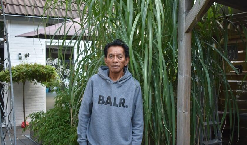 Voorzitter Obeth Tuhumury van Kumpulan Gemadra bij bamboeriet in zijn achtertuin.