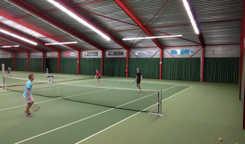 Bij Sanjes Sportpark is een tennishal waar iedereen een tennisbaan kan huren: verenigingen, leden en niet-leden.