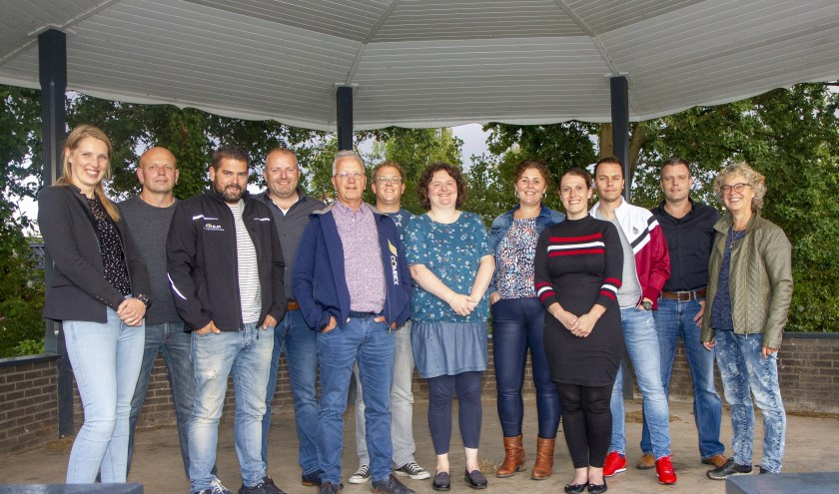 Kan er in Jistrum een Multifunctionele Accommodatie komen? Op de foto een aantal leden van de stuurgroep, de werkgroepen en bestuurlijke ondersteuners vanuit het DOM-project die dit uitzoeken. Donderdag 12 september ontvangen ze de gemeenteraad.