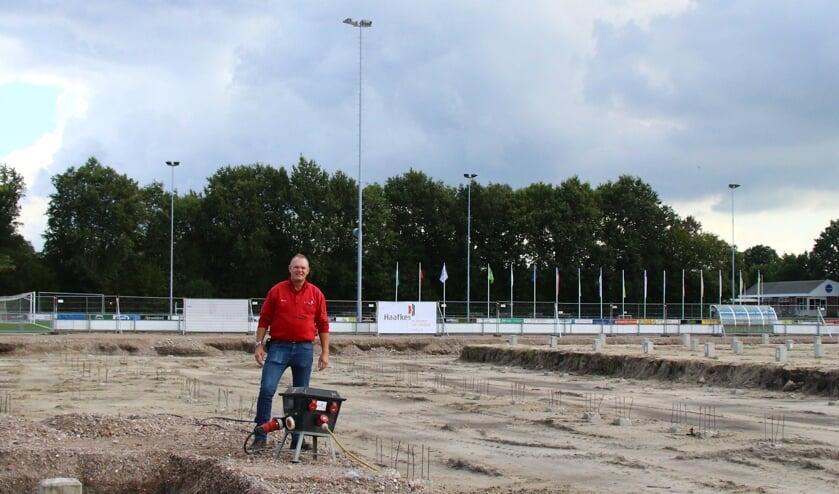 Uitvoerder Harry Bomers (Haafkes B.V.) bereidt de nieuwbouw van de nieuwe sporthal in Burgum voor.