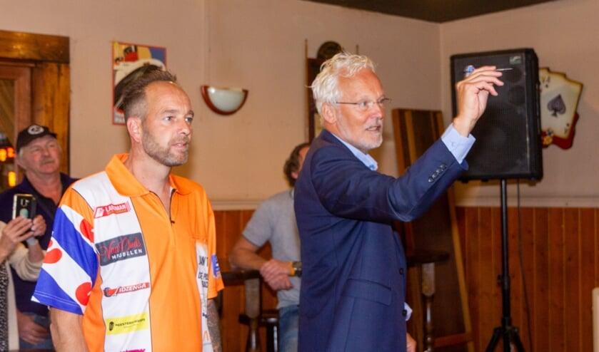 Burgemeester Jan Rijpstra gooit onder toeziend oog van Raymond Brink de eerste pijlen in het bord waarna de tijd ingaat.