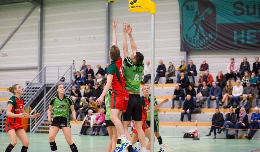 Siemen Jan Miedema van KV Drachten (groen-zwart tenue) gaat het rebound duel aan, Isis Hiemstra kijkt toe.