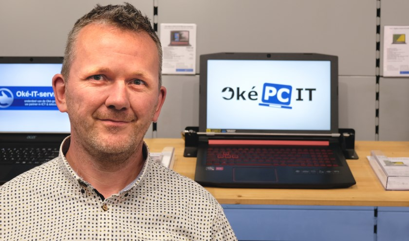 Eigenaar Ronald Zijlstra toont graag de nieuwste soorten laptops.