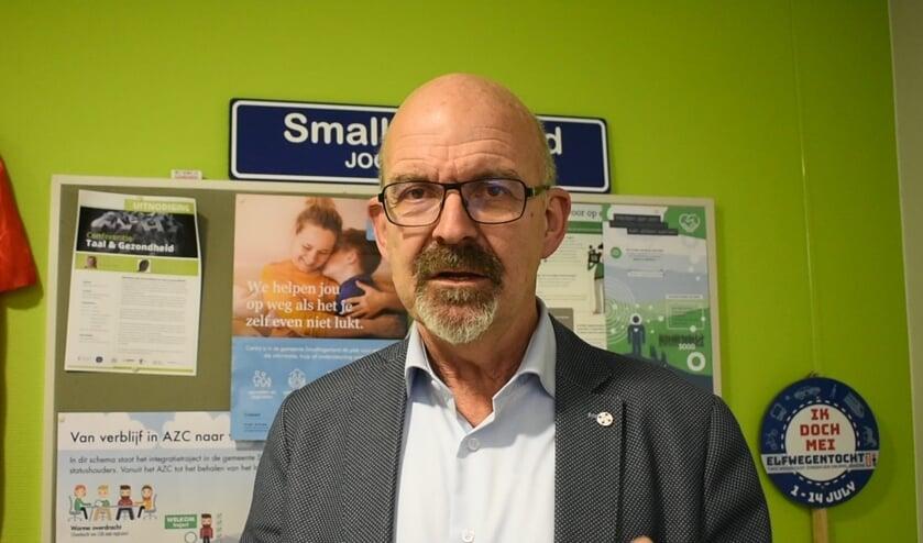 Wethouder Piet de Ruiter in zijn werkkamer in het gemeentehuis in Drachten. Scan de foto met deActiefPlus-app voor een filmpje.