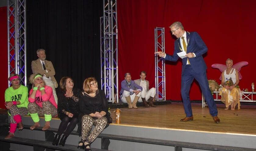 Burgemeester Jeroen Gebben wijst op Anny ter Linden (vierde van links) die voor de 40ste keer een prachtige voorstelling regisseerde voor M.R.V.Tesselschade. Rechts acteur Jelke van der Meulen, midden achter Theo Smedes en Jitze Grijpstra.