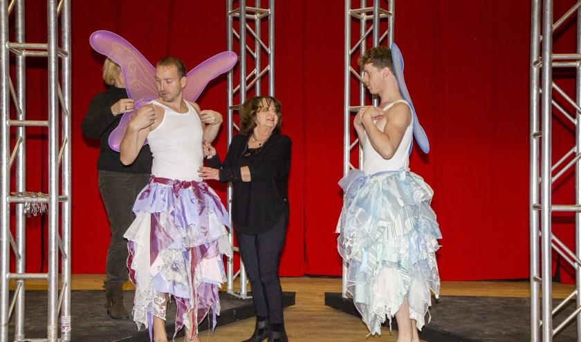 De acteurs Theo Smedes (links) en Jitze Grijpstra (rechts) passen voor het eerst hun kostuum onder leiding van regisseuse Anny ter Linden-Veenstra (midden).