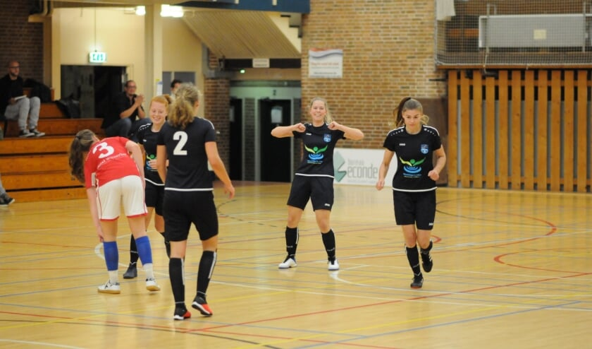 <p>Ingrid van der Wal viert op eigen wijze haar eerste competitiedoelpunt.</p>