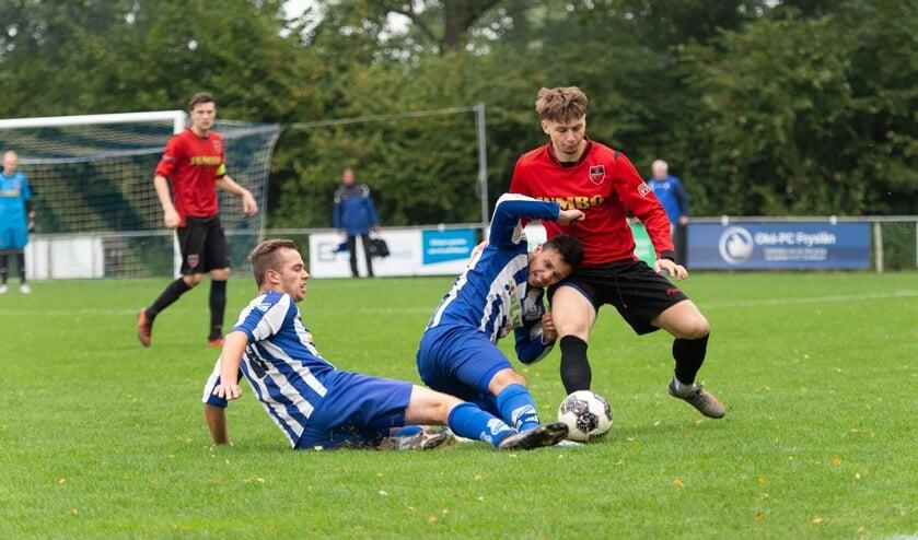 VV Hardegarijp (rood-zwarte tenues) trok aan het langste einde tegen SC Veenwouden.