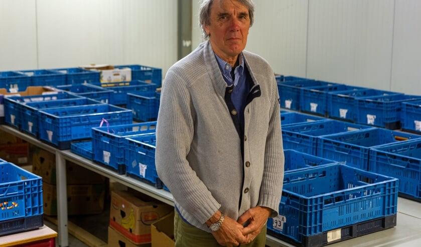 <p>Secretaris Dirk Scholten van Voedselbank Tytsjerksteradiel in de ruimte waar de pakketten worden samengesteld.</p>