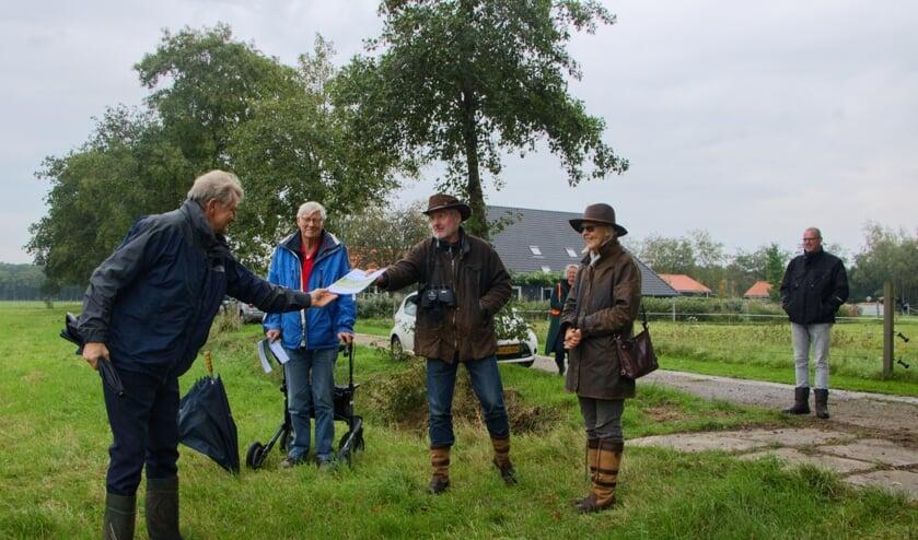 Gedeputeerde Douwe Hoogland (links) overhandigt een beheersovereenkomst aan grondeigenaar Harry Zeeuw van der  Laan.