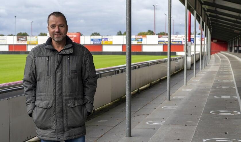 <p>Sippe Heeringa bij de tribune van Harkemase Boys. De markeringen voor de staanplaatsen zijn aangegeven. Scan ook het filmpje via de ActiefPlus-app. Hierin wordt ingegaan op de corona-maatregelen van de club.</p>