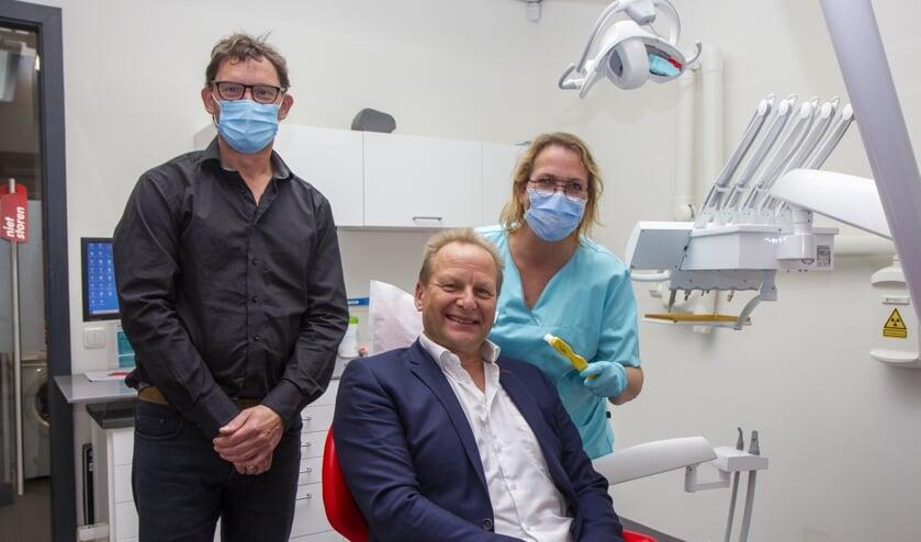 <p>V.l.n.r. Ferdinand Willemsen, Jan de Vries van Apuls en tandarts Ria van der Meer.</p>