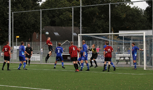 <p>Folkert Bosma van Rottevalle probeert koppend te scoren.</p>