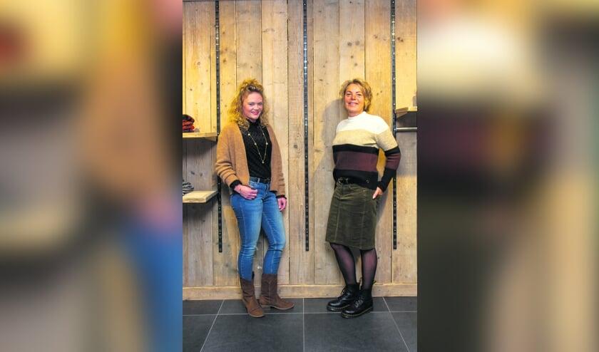 <p>Jos&eacute; (links) en Anita (rechts) zijn werkzaam in het filiaal in Drachten en tonen de gevarieerde mode van Fokkinga Mode.</p>