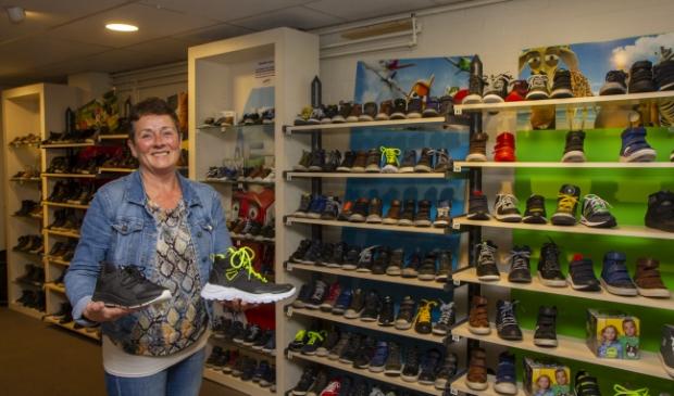 <p>Aukje de Vries toont stoere kinderschoenen. &quot;Sportief, modern en met een stevig voetbed.&quot;</p>