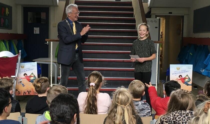 <p>Winnares Yentl van obs De Swetten in Drachten mag door naar de regiowedstrijd.<br>De burgemeester en de andere leerlingen klappen voor haar.</p>