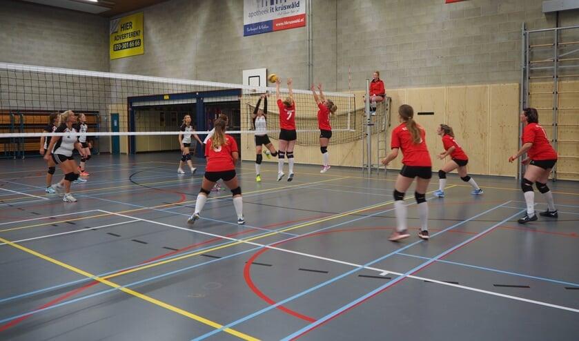 <p>De volleybaldames van Buitenpost in actie.</p>