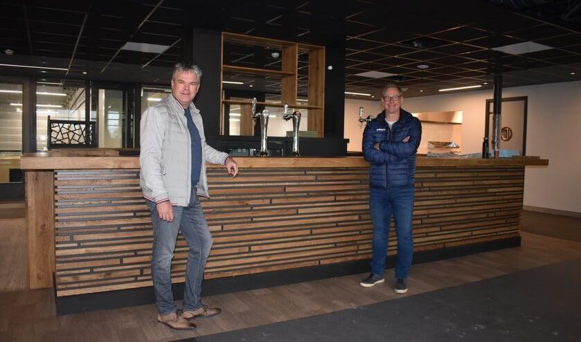Piet Herder (links) en Dirk van der Woude in de nieuwe kantine in sporthal De Nije Westermar.